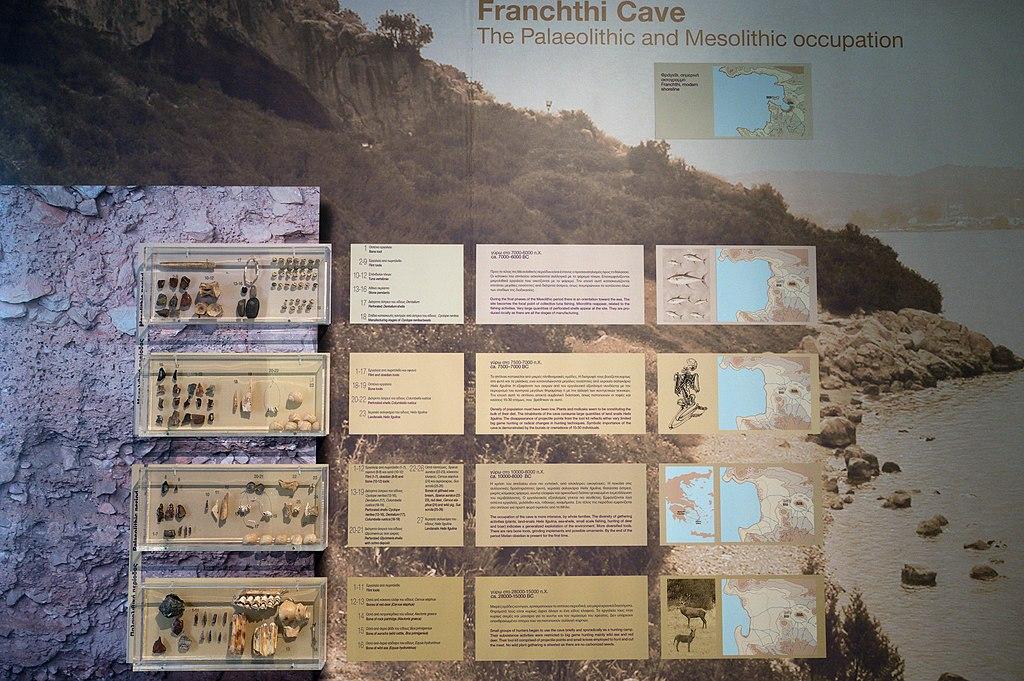 Nálezy z paleolitického a mezolitického osídlení jeskyně Franchthi, 28 až 6 tisíc let před n. l. (podle muzejních popisek). Archeologické muzeum v Naupliu (Nafplionu). Kredit: Zde, Wikimedia Commons. Licence CC 4.0.