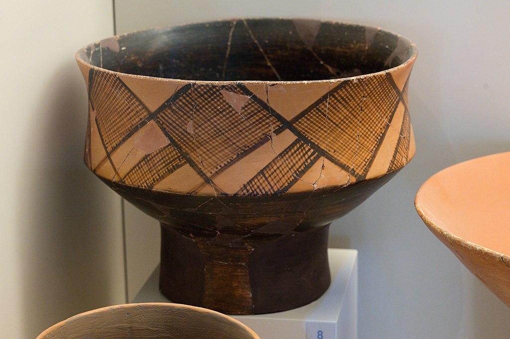 """Neolitická nádoba typu """"na ovoce"""" (Fruitstand) z jeskyně Franchthi, 5800 až 5300 před n. l. Archeologické muzeum v Naupliu. Kredit: Zde, Wikimedia Commons. Licence CC 4.0."""