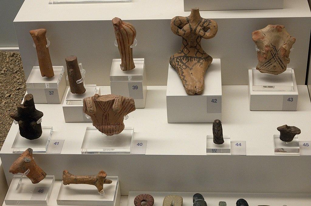 Fragmenty figurek z jeskyně Franchthi. Drobné terakoty, neolit, 6500 až 3200 před n. l. Archeologické muzeum v Naupliu. Kredit: Zde, Wikimedia Commons. Licence CC 4.0.