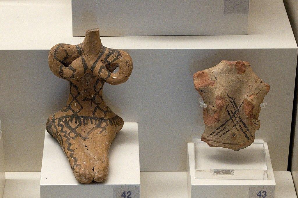 Fragmenty stylizovaných postav žen z jeskyně Franchthi, 5300 až 4500 před n. l. Archeologické muzeum v Naupliu. Kredit: Zde, Wikimedia Commons. Licence CC 4.0