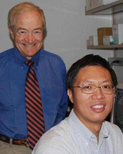 Wenbo Zhou (vpravo), první autor publikace spolu s vedoucím laboratoře - Curt Freed (vlevo). Kredit: University of Colorado, Denver.