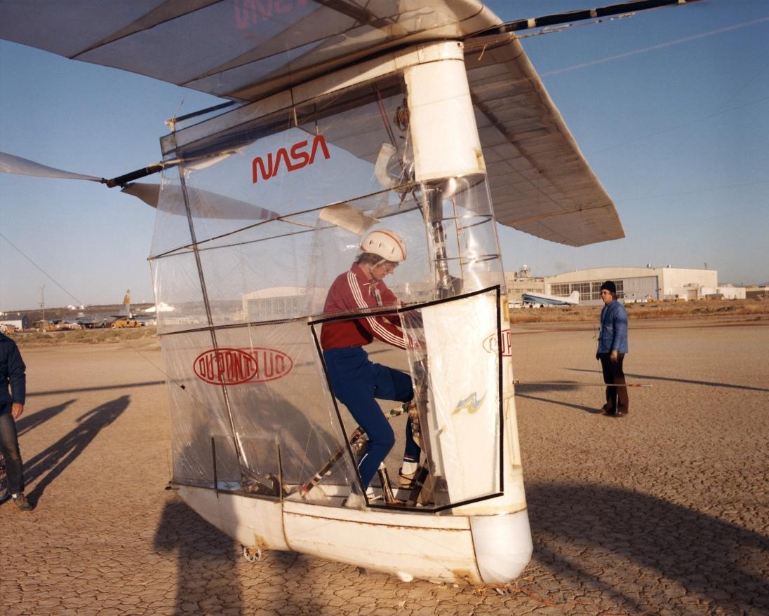 Lamanšský průliv překonal cyklista amatér. Allen Bryan v roce 1979 na létajícím kole Gossamer Albatross přeletěl za necelé tři hodiny z Anglie do Francie. (Kredit: Thomas Horton)