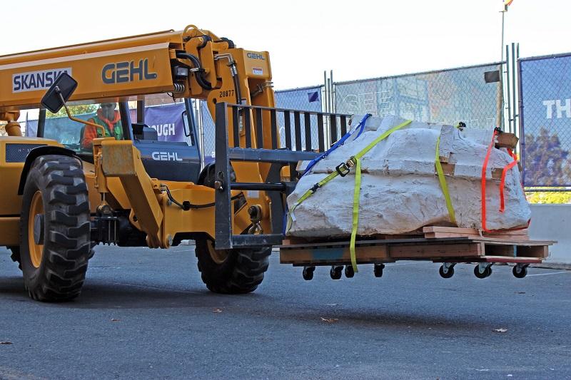 K přepravě více než tunového bloku, obsahujícího pečlivě zajištěnou fosilii tyranosauří lebky, musela být použita těžká technika. V současnosti probíhá intenzivní výzkum této cenné fosilie. Kredit: Burke Museum/University of Washington