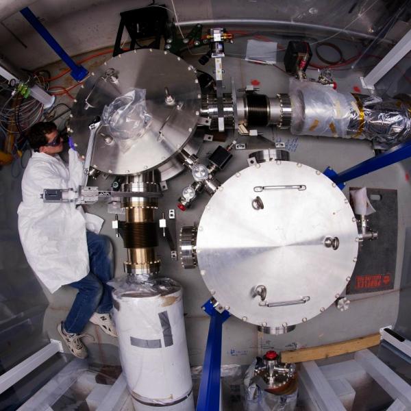 Těžká práce vexperimentu Holometer. Kredit: Fermilab
