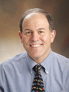 """Ian N. Jacobs, ředitelPediatrického centra dýchacích cest v Children's Hospital of Philadelphia.Spoluautor studie: """"Počet úmrtí spojených s polknutím baterie neustále roste. V Případě podezření na spolknutí baterie, podávejte med a volejte sanitku"""""""