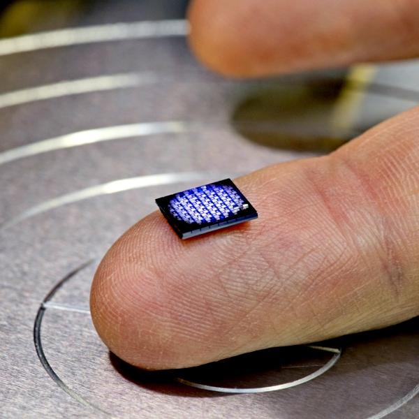 Nejmenší počítač. Kredit: IBM.
