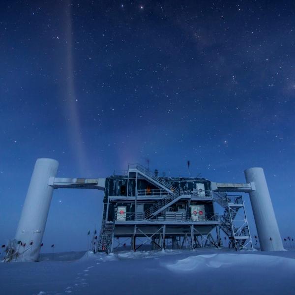 ObservatoĹ™ IceCube zĹ™ejmÄ› skoncovala se sterilnĂmi neutriny. Kredit: Felipe Pedreros. IceCube / NSF.