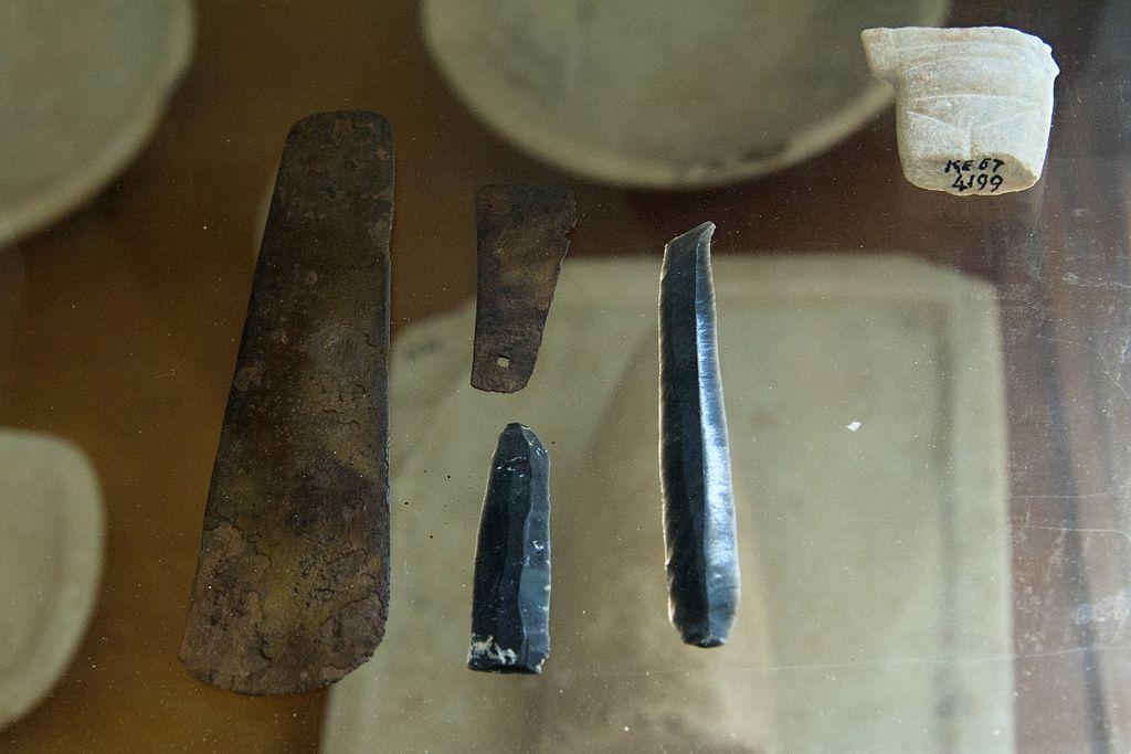 Kykladské bronzové nářadí a obsidiánová ostří z ostrova Keru, 2800 až 2300 př. n. l. Archeologické muzeum na Naxu (v Naxijské Chóře). Kredit: Zde, Wikimedia Commons.