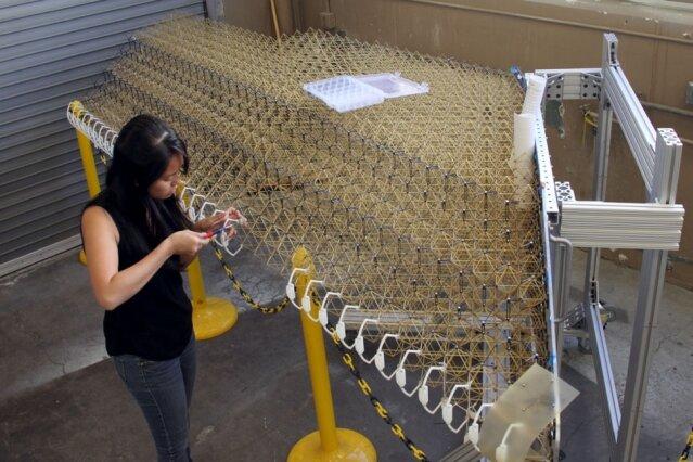 Představený prototyp pracně ručně sestavovali postgraduální studenti. Vše je ale už navrženo tak, aby proces na montážní lince mohly zastat autonomní roboty. Sestavení výrobní linky je údajně již dalším připravovaným krokem výzkumného týmu.  Kredit: