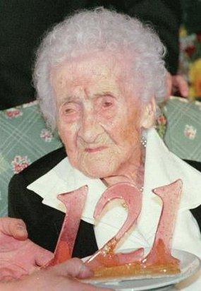 Stejná žena o téměř 99 let později, v den svých 121. narozenin. Zemřela o téměř 1,5 roku později ve svých 122 letech a 164 dnech. Kredit: Wikipedie, Fair use.