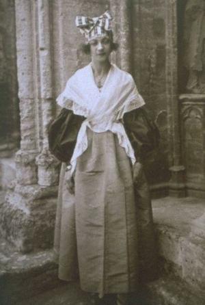 Budoucí nejdéle žijící člověk světa, Jeanne Louis Calmentová ve svých 22 letech (roku 1897) – přesně století před svým úmrtím. Kredit: Neznámý autor, Wikipedie (volné dílo).