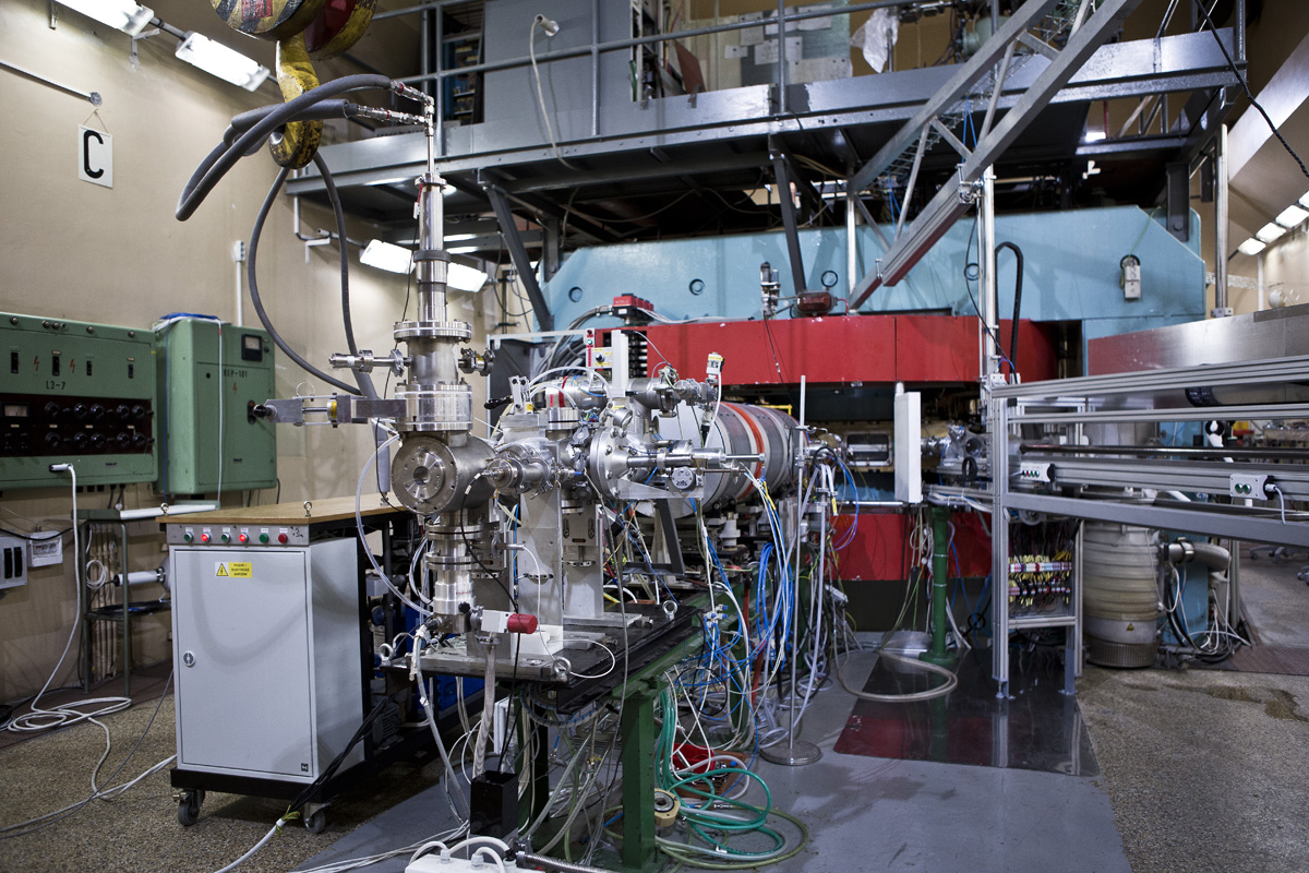 K testovánĂ radiaÄŤnĂ odolnosti komponent využívanĂ˝ch experimenty na LHC se využíval i cyklotron Ăšstavu jadernĂ© fyziky AV ÄŚR v Ĺ?eĹľi.