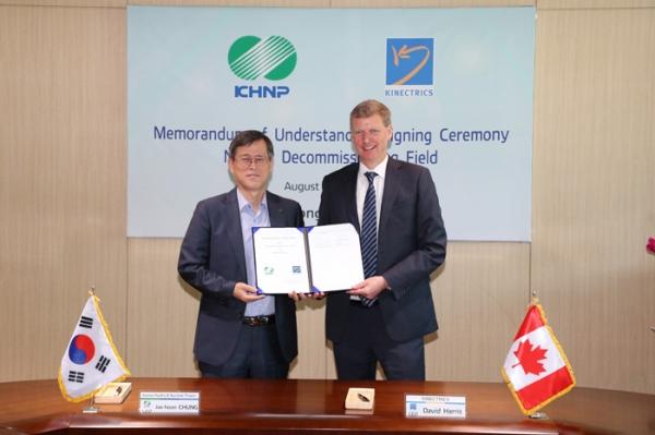 """Kang Shin-sup, šéf oddělení pro řízení jaderných elektráren v KHNP, řekl: """"Očekáváme, že se KHNP díky této smlouvě navýší kapacita pro demontáž těžkovodních reaktorů v Koreji a náš jaderný průmysl se tím rozšíří na zámořský trh."""""""