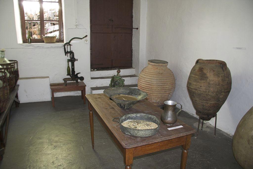 Finalizace díla v sousední místnosti. Vchod. Kredit: Zde, Wikimedia Commons. Licence CC 4.0.