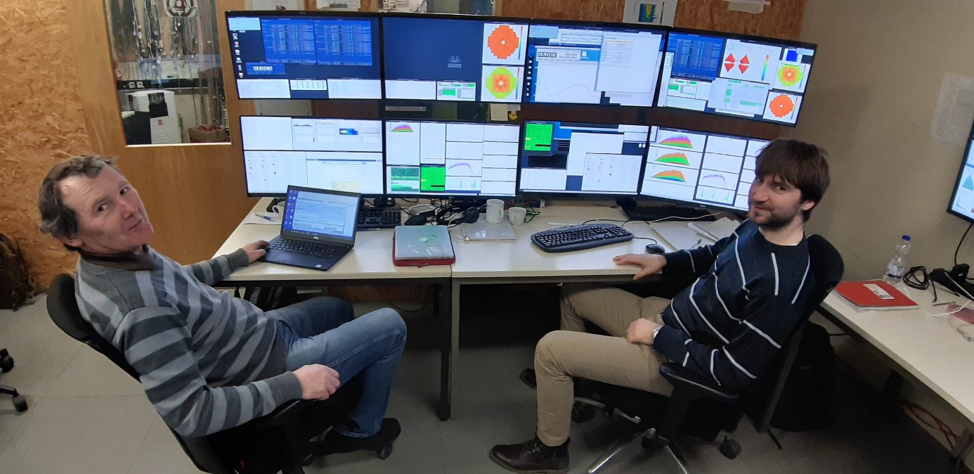 Kolegové Pavel Tlustý a Petr Chudoba na směně při experimentu se sestavou HADES (foto Petr Chudoba).
