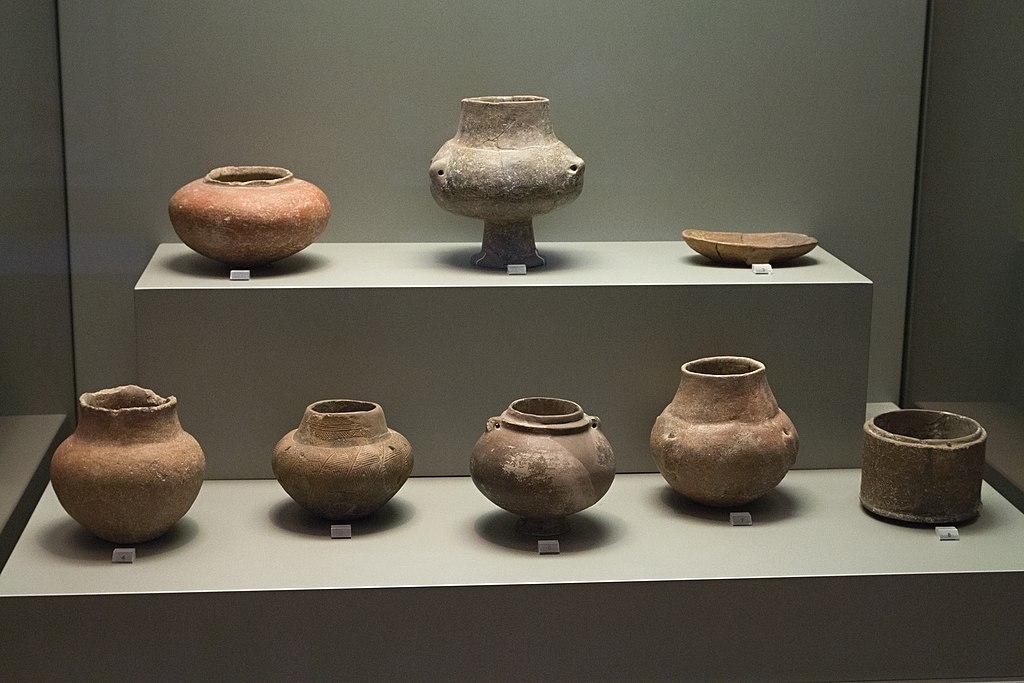 Kykladská keramika z Mélu analogická kamenným nádobám, 3200 - 2800 před n. l. Národní archeologické muzeum v Athénách. Kredit: Zde, Wikimedia Commons.