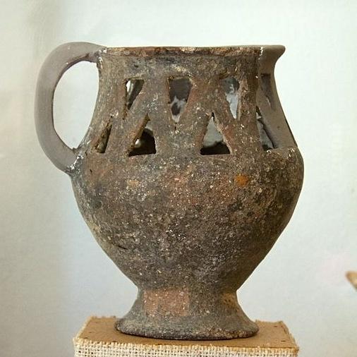 Přenosná svítilna z jihovýchodu Naxu, 2800 - 2300 před n. l. Archeologické muzeum v Apeiranthu na Naxu. Kredit: Zde, Wikimedia Commons