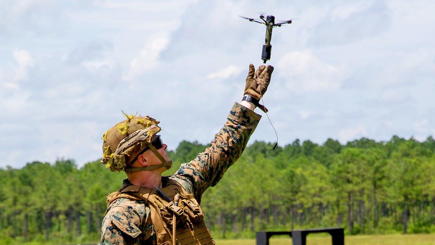 Vypouštění Drone40 zruky. Kredit: US Marines.