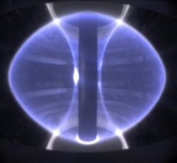 Plazma vpůvodním sférickém tokamaku MAST. Kredit: Culham Centre for Fusion Energy.
