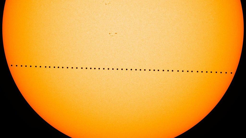Kompozice z transitu Merkuru 9. 5. 2016. Kredit: NASA Goddard Space Flight Center, Wikimedia Commons.