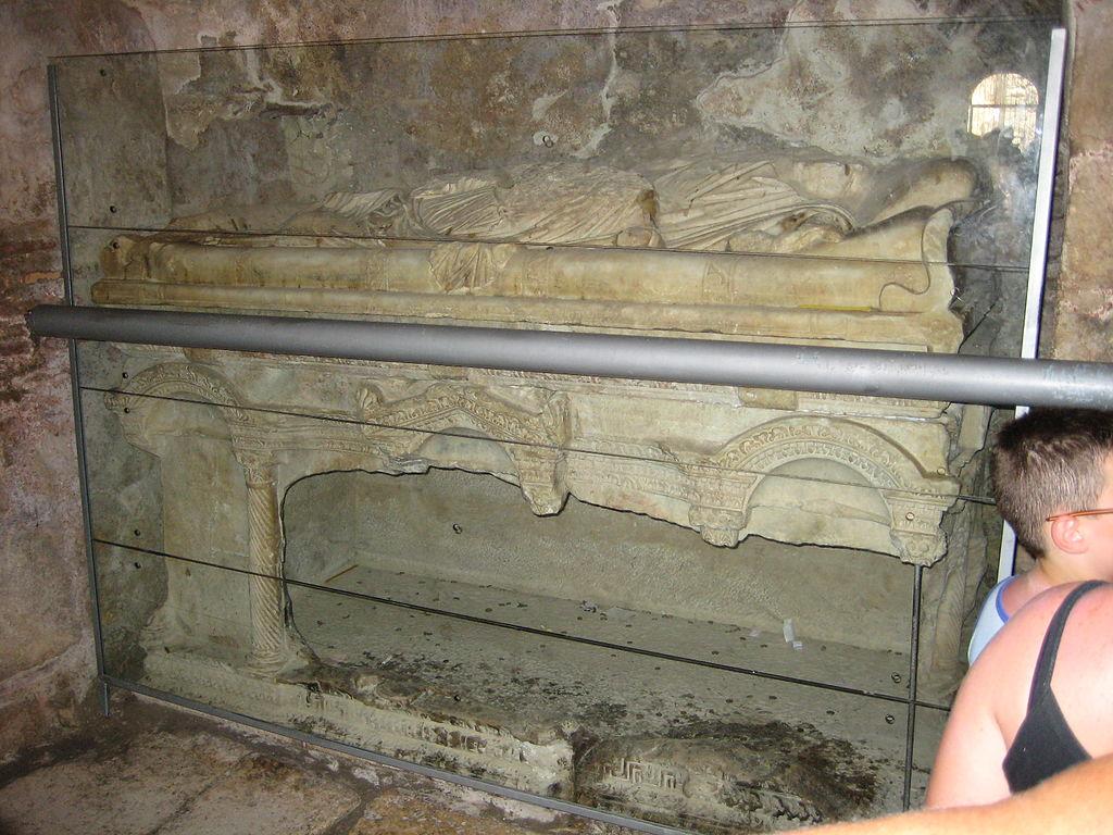 Vyloupená hrobka v bazilice Ag. Nikolaos v Myře. Kredit: Seynaeve, Wikimedia Commons.