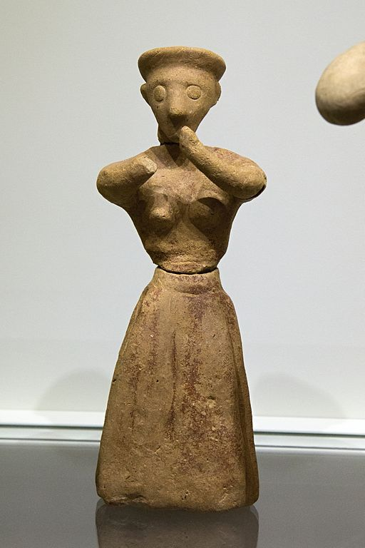 Figurka ženy v postoji uctívání. Chamezi, Kréta, 1900-1700 před n. l. Archeologické muzeum v Irakliu (Heraklion). Kredit: Zde, Wikimedia Commons