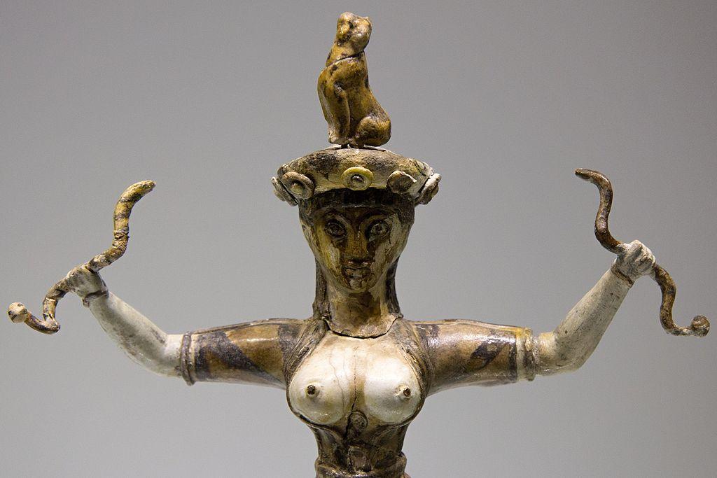 Takzvaná Hadí bohyně z Knóssu, období nových paláců, 1650-1550 před n. l. Archeologické muzeum v Irakliu (Heraklion), skříň 83. Kredit: Zde, Wikimedia Commons.
