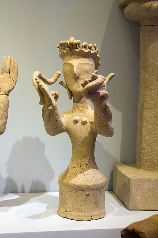 Bohyně s rozepjatýma rukama a s hady, terakota. Kania, Gortys, 1300-1200 před n. l. Archeologické muzeum v Irakliu (Heraklion). Kredit: Zde, Wikimedia Commons.