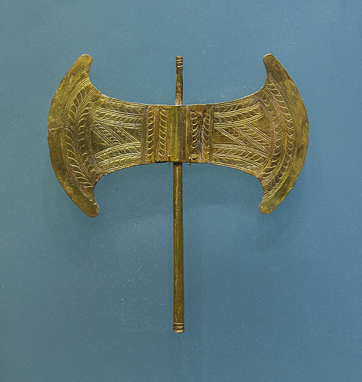 Menší zlatá dvojitá sekera z Archalokori, 1700-1450 před n. l. Archeologické muzeum v Irakliu. Kredit: Jebulon, Wikimedia Commons