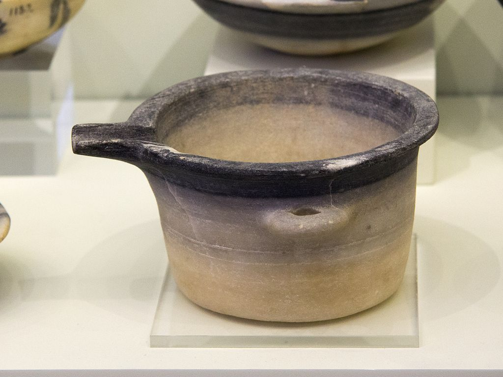 Minojská kamenná nádoba, 2600 až 1900 před n. Archeologické muzeum v Irakliu (Hérakleion). Kredit: Zde, Wikimedia Commons.