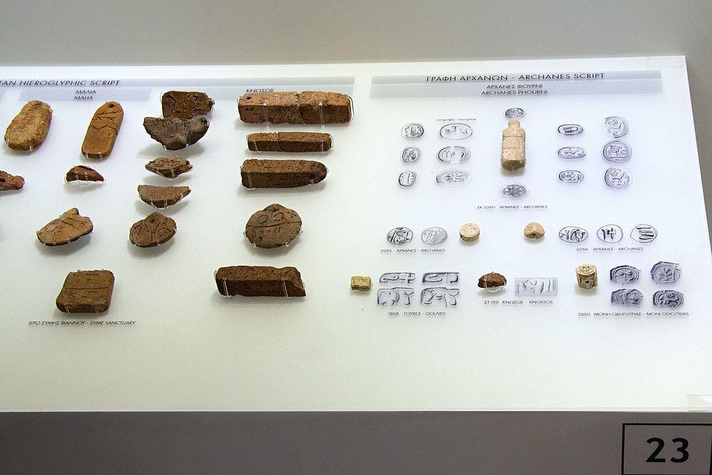 Krétské hieroglyfy, 2100-1700 století před n. l. Archeologické muzeum v Irakliu. Kredit: Zde, Wikimedia Commons.