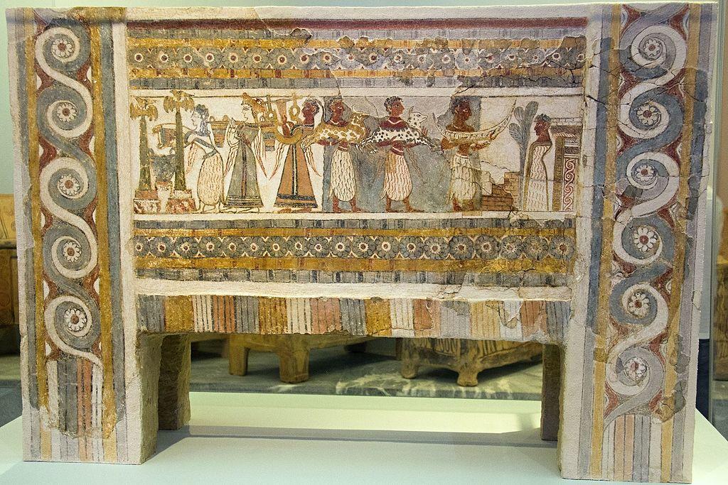 Sarkofág z Agia Triady, strana 2. Minojský pohřební rituál. Patrný je Egyptský vliv i souvislosti s mykénskou kulturou. 1370-1320 před n. l. Archeologické muzeum v Irakliu (Heraklionu). Kredit: Zde, Wikimedia Commons.