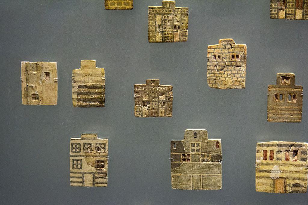 Mozaika města. Fajánsové plakety, asi z výzdoby vykládaného dřevěného nábytku paláce v Knóssu, 1700-1600 před n. l. Archeologické muzeum v Irakliu. Kredit: Zde, Wikimedia Commons.