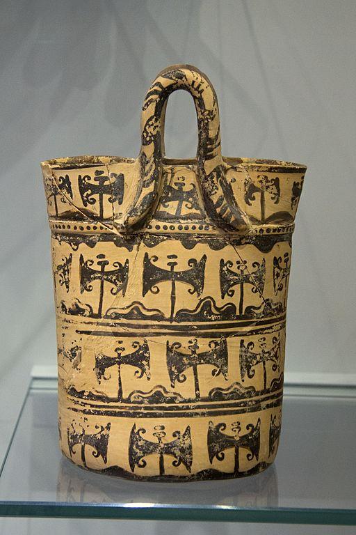 Nádoba tvaru košíku nebo tašky, s malbou dvojitých seker. Nádoba ve stylu palácové tradice. Pseira (Kréta), 1500-1450 před n. l. Archeologické muzeum v Irakliu. Kredit: Zde, Wikimedia Commons.