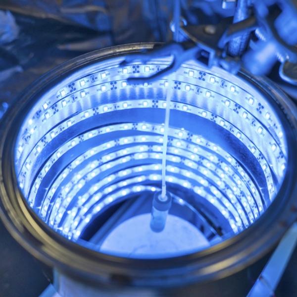 Reaktor sMOF na přeměnu CO2 na organické látky. Kredit: UCF / Bernard Wilchusky.
