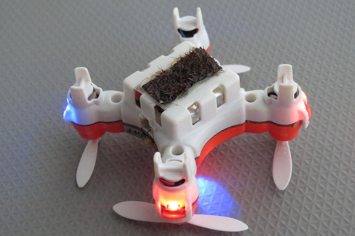 Japonský 4 centimetry a 15 gramů vážící mikrodron s kartáčkem žíní na přenos nalepeného pylu. Kredit: Eijiro Miyako, National Institute of Advanced Industrial Science and Technology.  Video ZDE.