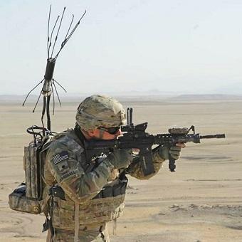 Mariňák selektronickou zbraní proti IED. Kredit: US Army.