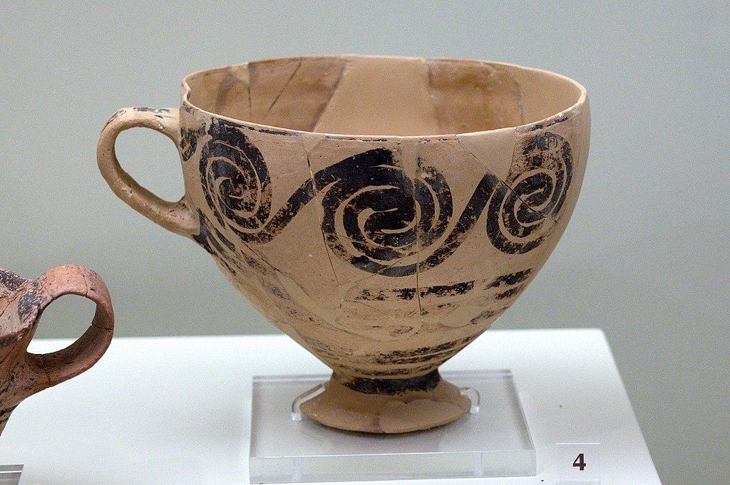 Hrníček zdobený běžící spirálou (vlnou), z pohřebního okruhu B v Mykénách, LH I A, 16. století před n. l. Archeologické muzeum v Mykénách. Kredit: Zde, Wikimedia Commons. Licence CC 4.0.