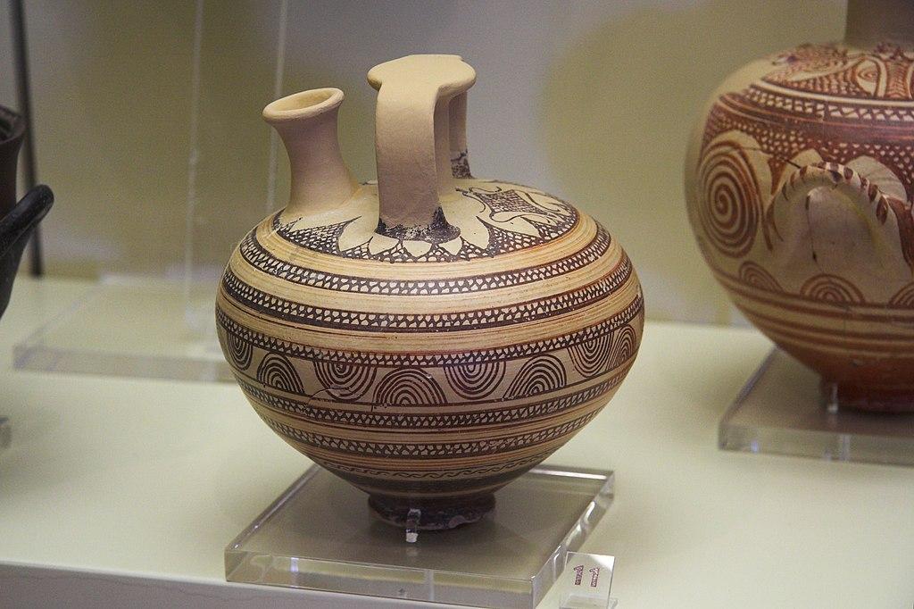 Třmínková nádoba s geometrickým zdobením. Kalkani, LH III C, 1150 až 1100 před n. l. Archeologické muzeum v Mykénách. Kredit: Zde, Wikimedia Commons. Licence CC 3.0.