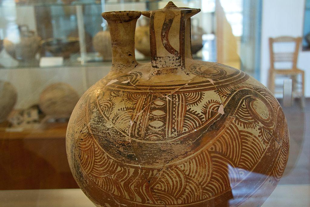 Pozdně mykénská třmínková nádoba z hrobu bojovníka. Kamini na Naxu, LH III C, 12. století před n. l. Archeologické muzeum na Naxu, č. 1750, skříň 15. Kredit: Zde, Wikimedia Commons. Licence CC 3.0.
