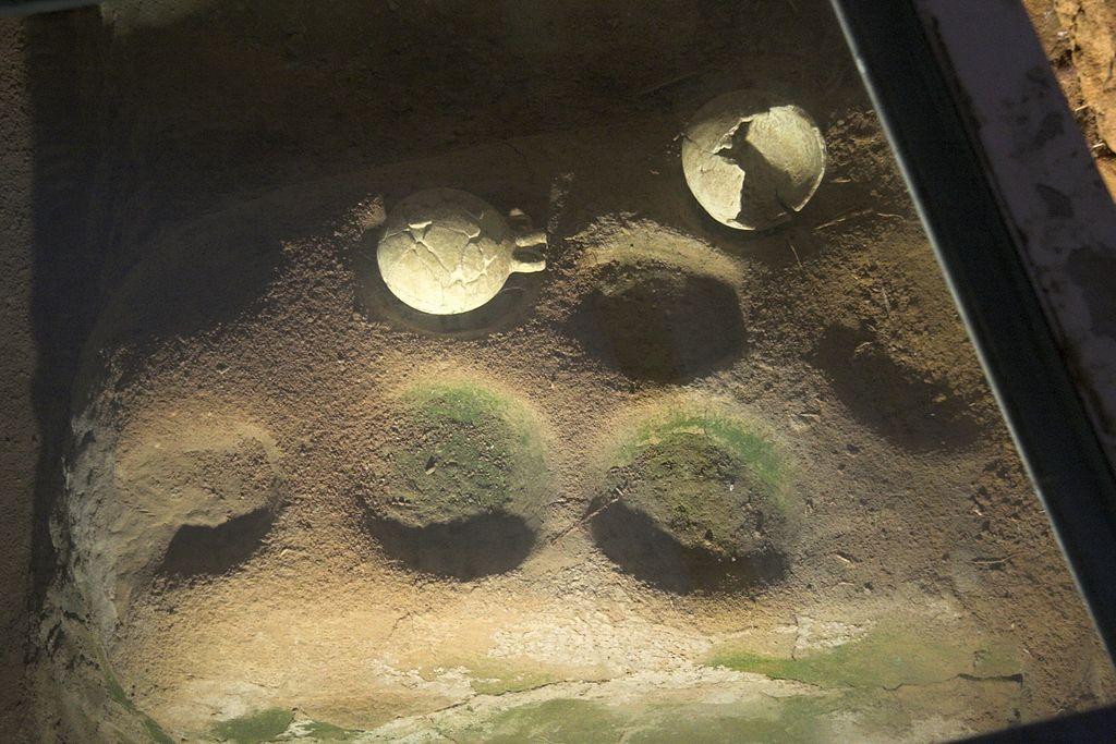 Fajáns v hrnčířské dílně, 12. století před n. l. Areál v podzemí náměstí Grotta na Naxu. Kredit: Zde, Wikimedia Commons. Licence CC 3.0.