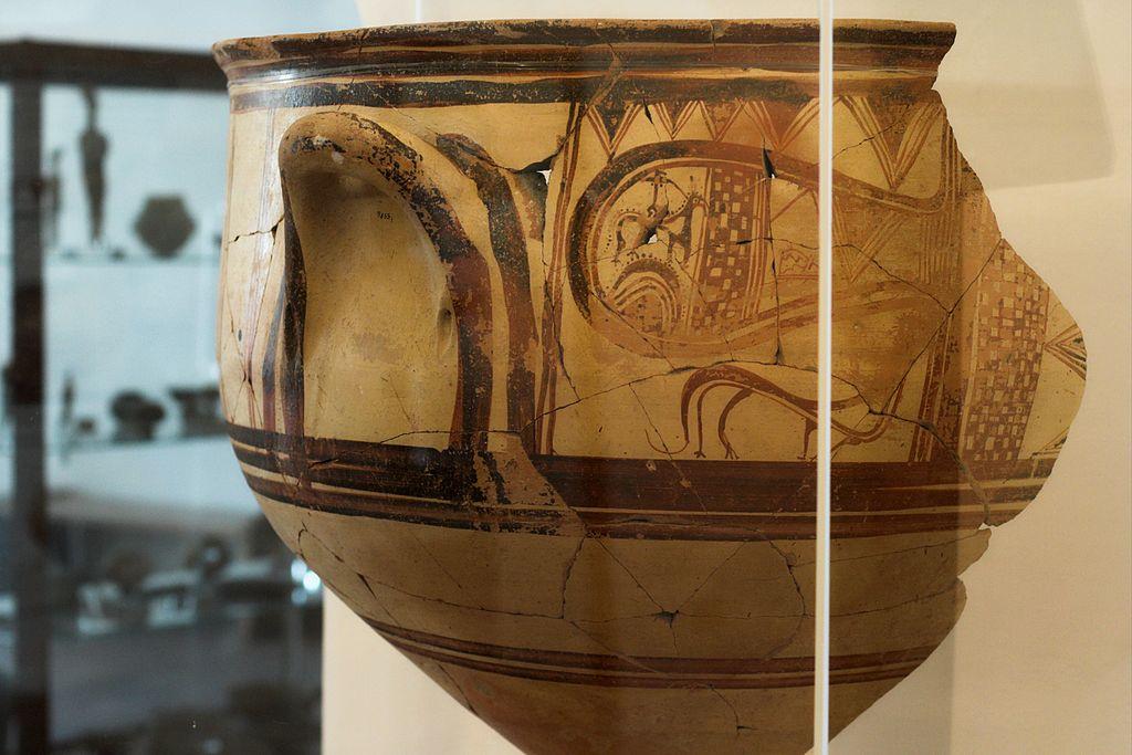 Pozdně mykénský velký kratér, nalezený v hrnčířské dílně na Grottě (Naxos), 1200 až 1150 před n. l. Archeologické muzeum na Naxu. Kredit: Zde, Wikimedia Commons. Licence CC 3.0.
