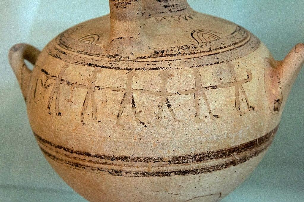 Zobrazení taneční scény na pozdně mykénské hydrii (nebo oinochoé?) z Kamini na Naxu, 12. století před n. l. Archeologické muzeum na Naxu. Kredit: Zde, Wikimedia Commons. Licence CC 3.0.