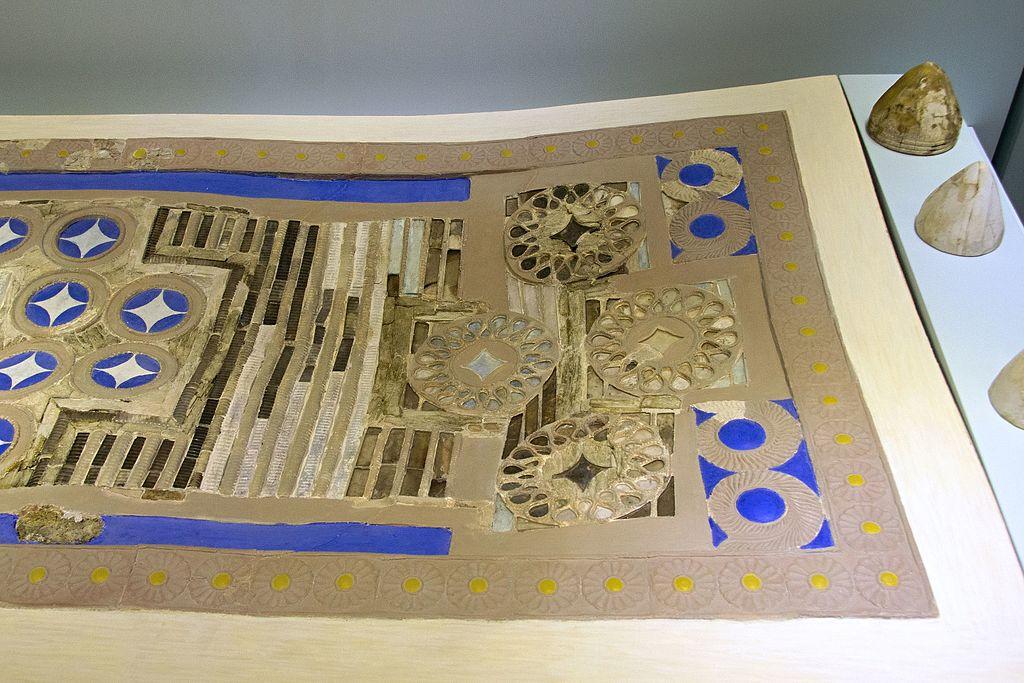 """Desková hra z paláce v Knóssu, """"Zatrikion"""", 1700-1450 před n. l. Terakotová tabule vykládaná slonovinou, pastou modrého skla a horským křišťálem, zlatem a stříbrem. Kuželovitým herním figurám ze slonoviny odpovídají kruhové oblasti na desce. Archeolo"""