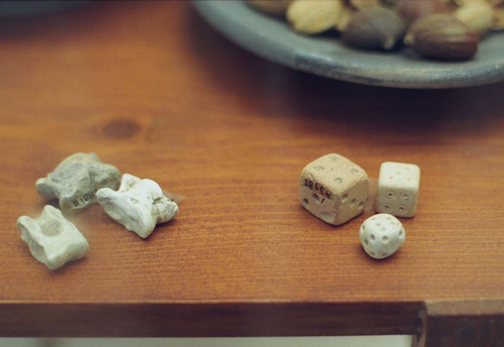 Hrací kostky přirozené (kůstky) a umělé, asi z římské doby. Archeologické muzeum na Délu. Kredit: Zde, Wikimedia Commons.