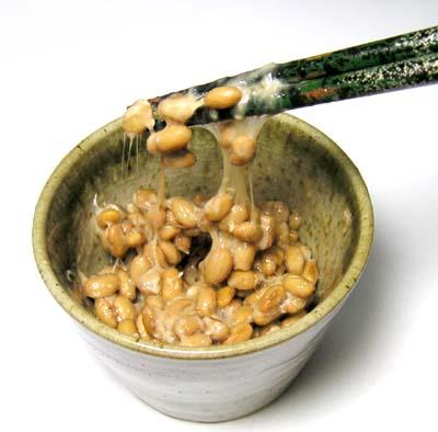 Natto, páchnoucí pochoutka z fermentovaných sójových bobů. Jeho lepkavě mazlavou nechunost má na svědomí  protein BslA.  (Kredit: ja-wikipedia)