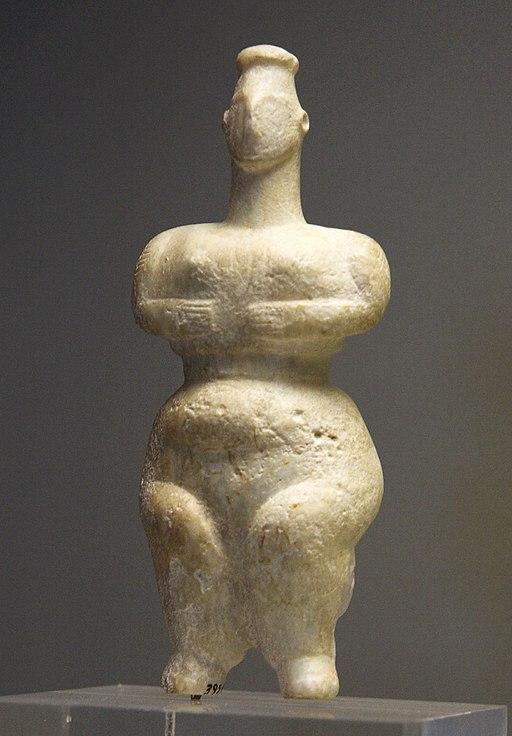 Ženská postava nalezená blízko pozdější Sparty, 6500 až 5800 před n. l. Národní archeologické muzeum v Athénách, č. 3928. Kredit: Zde, Wikimedia Commons