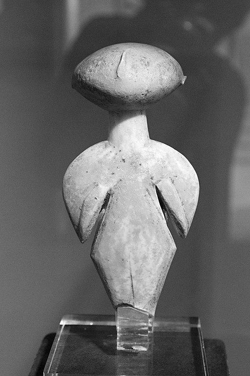 : Figurka typu Kilia. Pozdní neolit, 4360-3500 před. Goulandrisovo Museum kykladského umění v Athénách, zapůjčila Americká škola klasických studií v Athénách. Kredit: Zde, Wikimedia Commons.