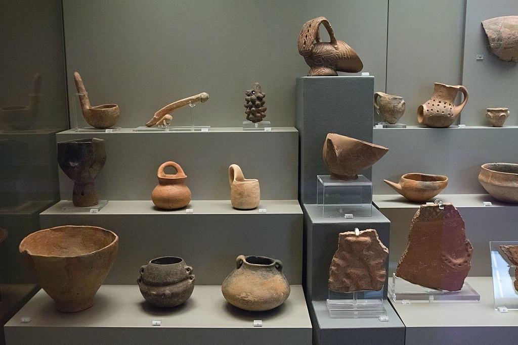 Keramika z Thesálie, pozdní neolit, 4800 až 4500 před n. l. Národní archeologické muzeum v Athénách. Kredit: Zde, Wikimedia Commons.