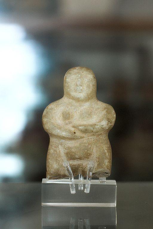Maličká figurka ženské postavy typu steatopygous, mramor, pozdní neolit, asi 4000 až 3200 př. n. l. Archeologické muzeum na Naxu. Kredit: Zde, Wikimedia Commons.